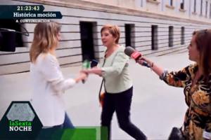 Celia Villalobos la vuelve a tomar con laSexta: aparta de un manotazo el micro a Andrea Ropero