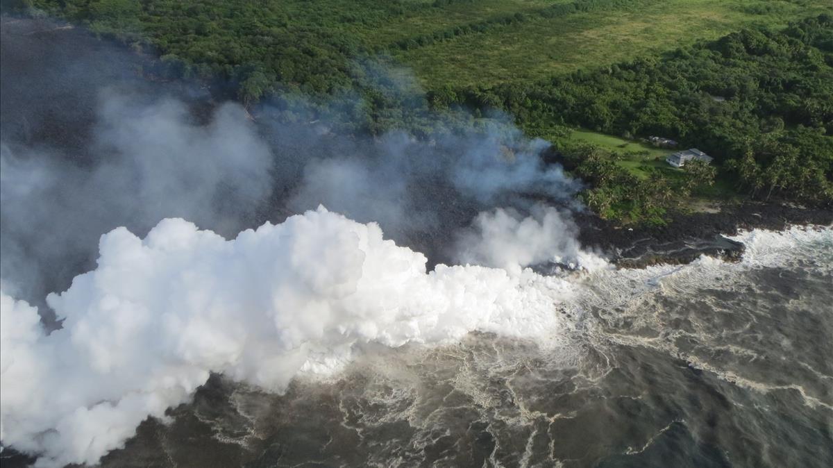 Vista aérea de la costa de Pahoa, tapadas en parte por unas nubes tóxicas