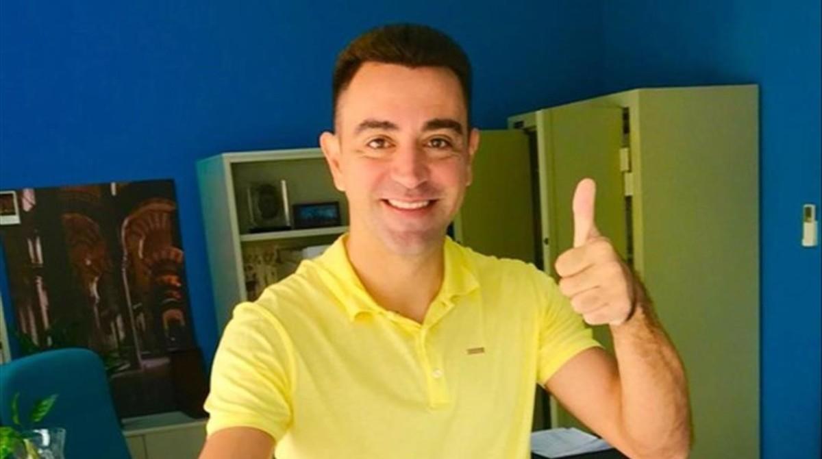 Xavi Hernández votando vestido de amarillo en Doha.