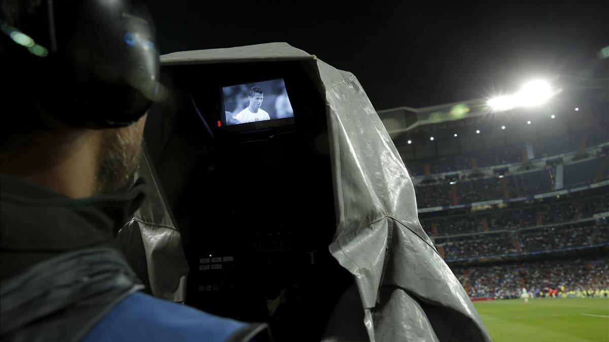 Cámara de televisión durante la retransmisión de un partido en el Santiago Bernabéu.