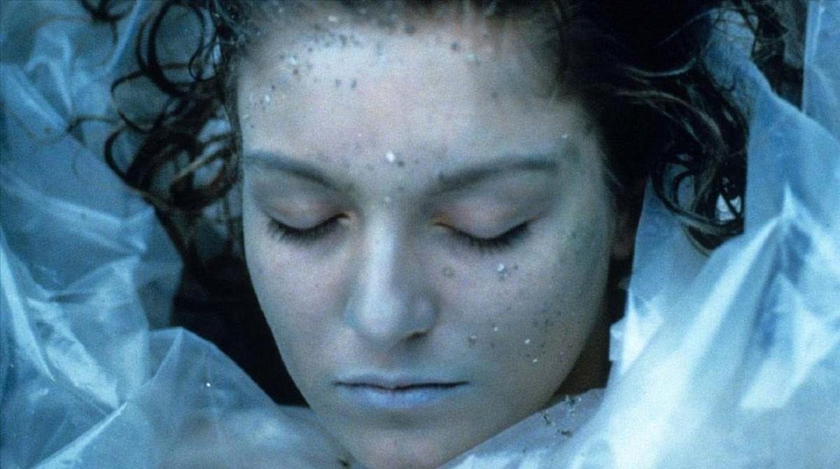 El cadáver de Laura Palmer, una de las muchas imágenes icónicas de la saga 'Twin Peaks'.