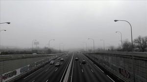 Niebla en una carretera de Madrid.