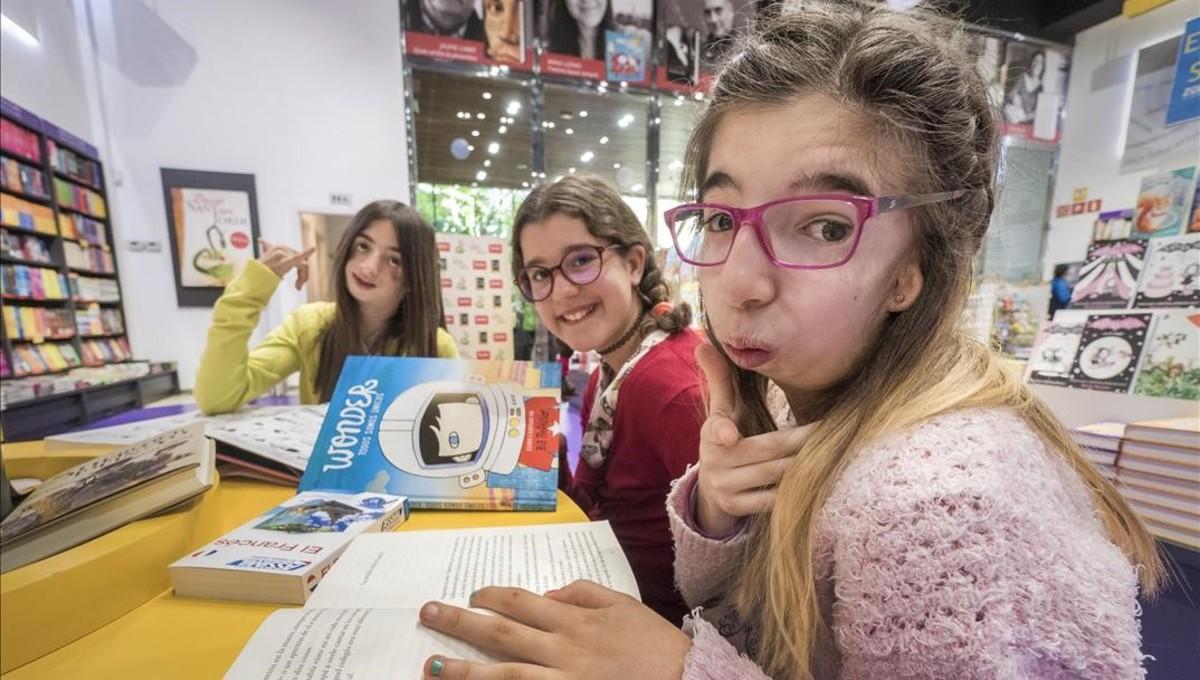 Tres niñas, dos de ellas con el síndrome de Treacher Collins, con el libro Wonder, el pasado abril.