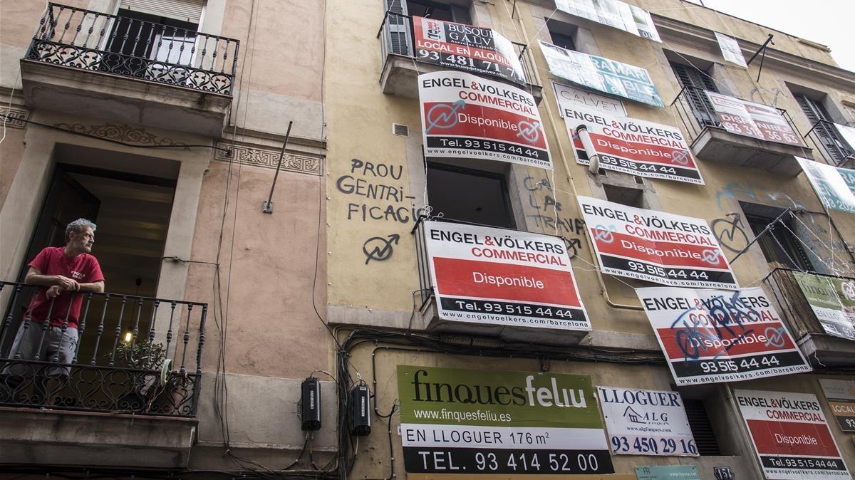 La fachada de la casa okupada Ca la Trava.