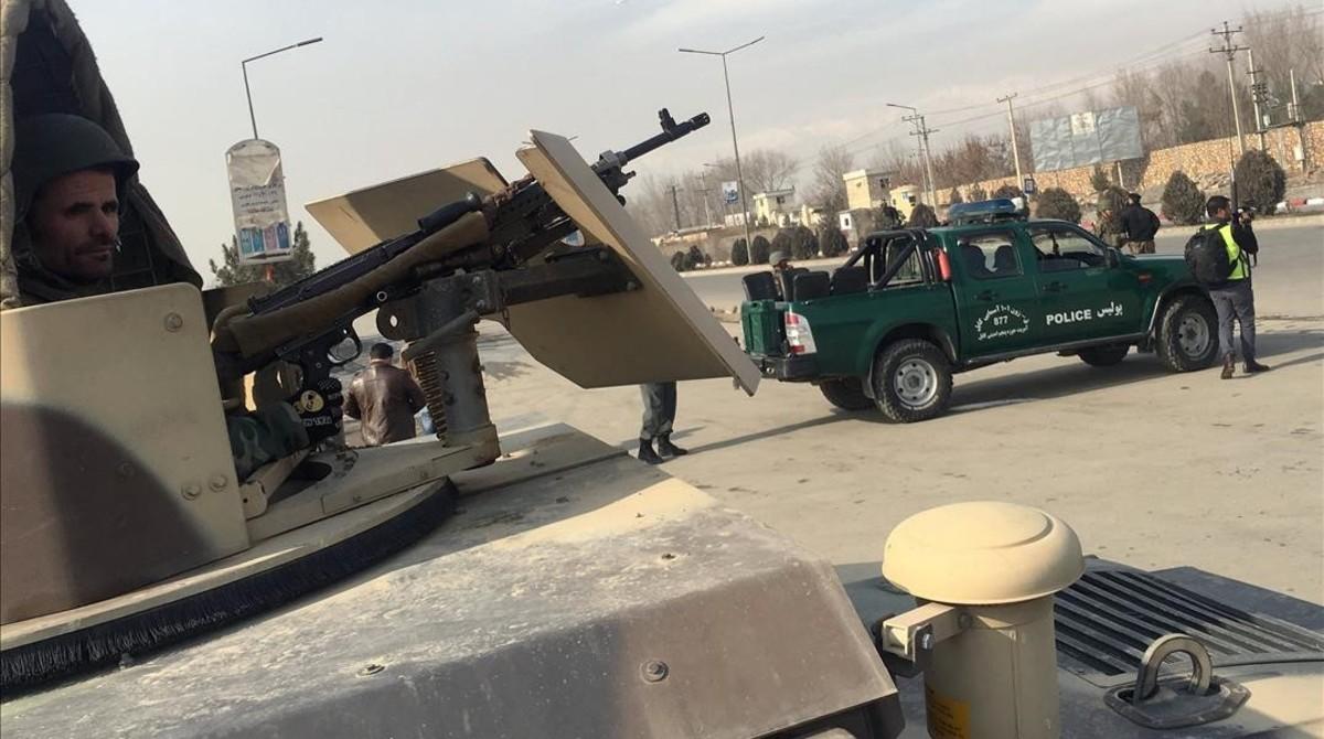 Agentes de seguridad vigilan el lugar donde se ha produciado un ataque contra un centro de entrenamiento de la principal agencia de inteligencia afgana en Kabul.