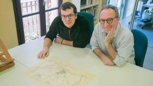 Santiago Gorostiza (izquierda) y Joaquim Bordons Macià, con el mapa ciclista de Barcelona dibujado por el bisabuelo del segundo.