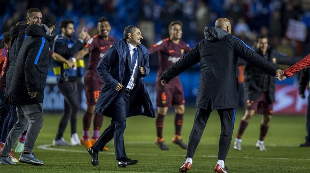 Ernesto Valverde celebra el título de Liga con sus jugadores tras la victoria ante el Deportivo en Riazor.