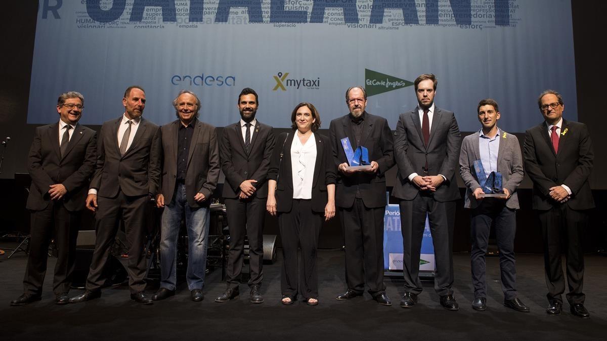 Los premiados Josep Maria Pou y Oriol Mitjà junto las autoridades y los responsables de Grupo Zeta en el final de la gala del Català de lAny.