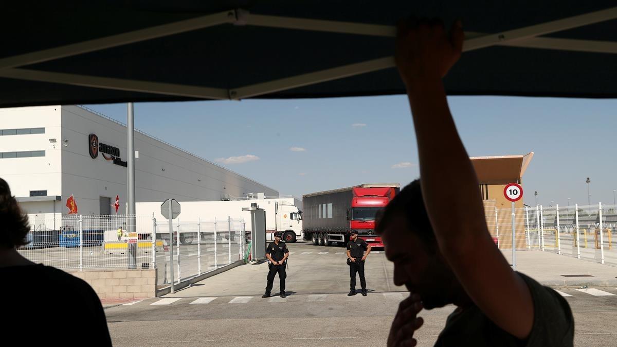 Agentes de Policia Nacional en las puertas del centro logístico de Amazon en San Fernando de Henares (Madrid), durante una jornada de huelga.