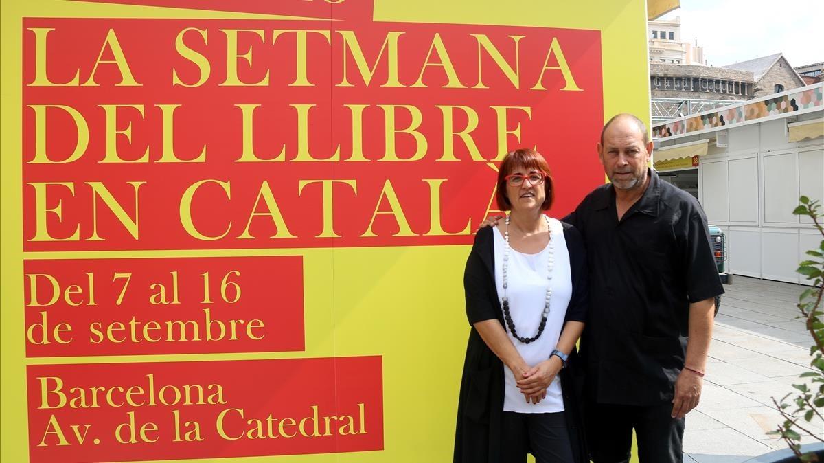 Joan Sala, presidente de la Setmana del Llibre en Català, y Montse Ayats, presidenta del Gremi d'Editors, este viernes,horas antes de quese inaugurarela feria,en la plaza de la Catedral de Barcelona.