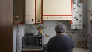 Maria Pau en la cocina de su casa preparando la comida