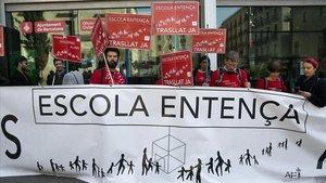 Familiares de la escuela Entença, este jueves en el Ayuntamiento de Barcelona.