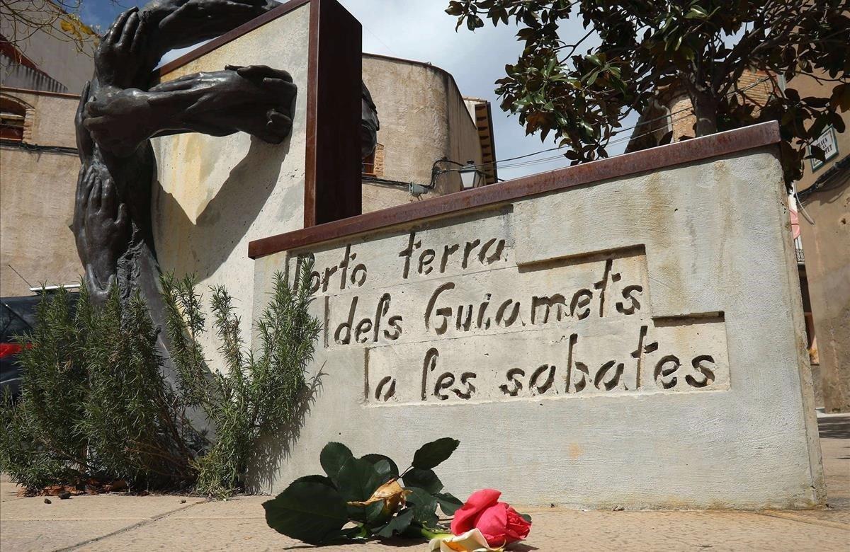 Flores colocadas ante el monumento dedicado a la luchadora antifascista Neus Catala, en su localidad natal de Els Guiamets (Tarragona)