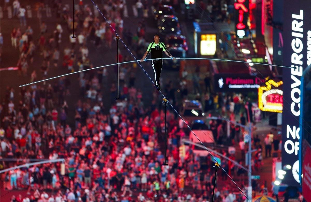 Dos célebres hermanos equilibristas, Nik y Lijana Wallenda, cruzaron a última hora de este domingo, 23 de junio, la neoyorquina plaza de Times Square caminando por un cable situado a unos 25 pisos de altura. El evento, retransmitido por televisión en el canal local de la cadena ABC, generó mucha expectación debido al accidente casi mortal que sufrió Lijana en 2017 mientras ensayaba con otros familiares.