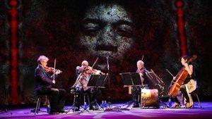 Un momento de la actuación del Kronos Quartet, con una proyección de Jimi Hendrix detrás.