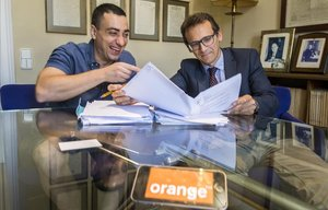 Ricard Jacas, ganador de un juicio contra Orange, con su abogado en el despacho de Legisbanca, Sebastià Rodés.
