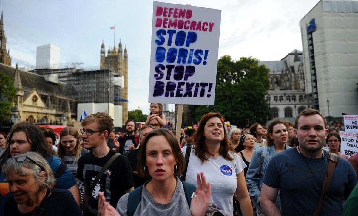 Manifestantes anti-brexit participan en una marcha de protesta desde el Parlamento hasta Downing Street en Londres el 28 de agosto de 2019