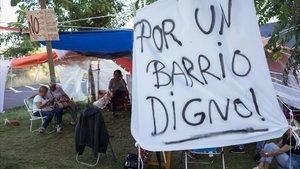 Vecinos acampados en un solar del Fòrum para impedir que instalen un centro para menas