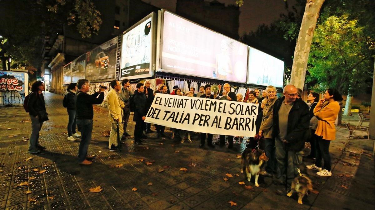 Concentración vecinal en el número 100 de la avenida del Paral·lel para reclamar el solar del antiguo teatro Talía, este martes.