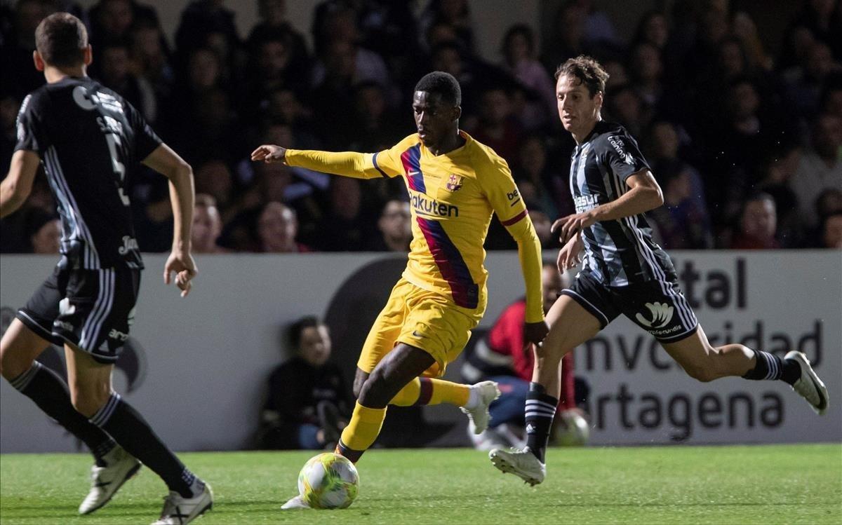 Dembélé controla un balón ante el exbarcelonista Sergio Ayala en el partido frente al Cartagena.