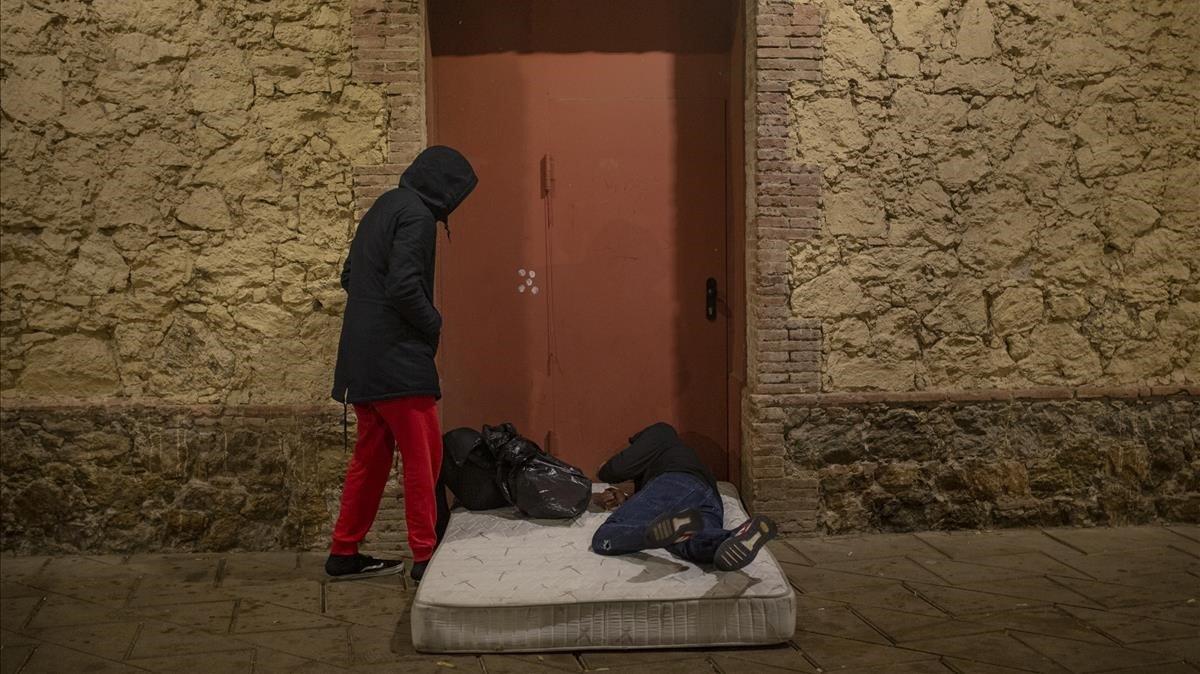 Samir y Nadir, dos jóvenes magrebís se disponen a pasar la noche frente al albergue municipal de Nou Barris.