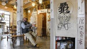 Wenkui Huang en el interior del bar.