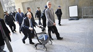 Harvey Weinstein accede con un andador al tribunal de Nueva York que le ha condenado, el pasado 25 de febrero.