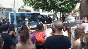 Vecinos y agentes de los 'mossos' durante el desahucio.