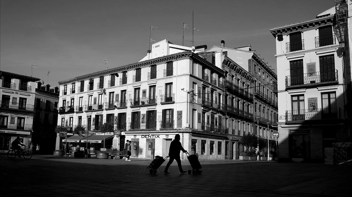 La desierta plaza de los Fueros, en Tudela (Navarra).