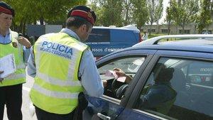 Agentes de los Mossos durante un control de alcoholemia.