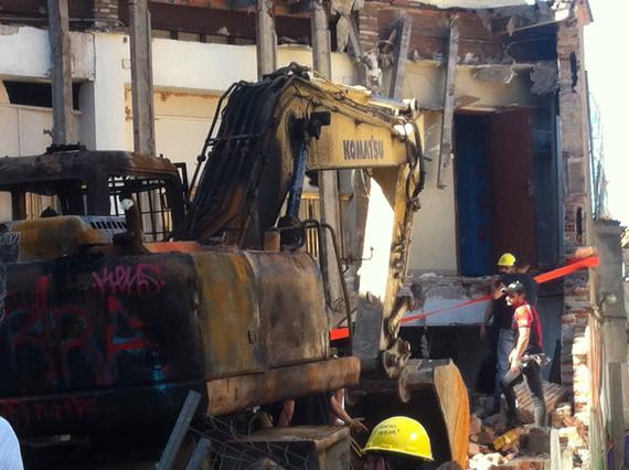 Aspecte de lexcavadora cremada a Can Vies, aquest dissabte.