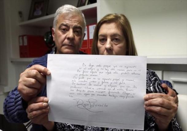 Los padres de Diego González muestran la carta de despedida.
