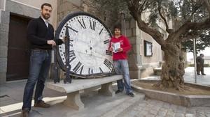 Ferran Julià y Oriol Núñez junto al reloj antiguo de la iglesia de Argentona.