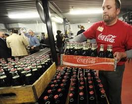 Trasiego de botellas de coca-cola en una embotelladora de EEUU.