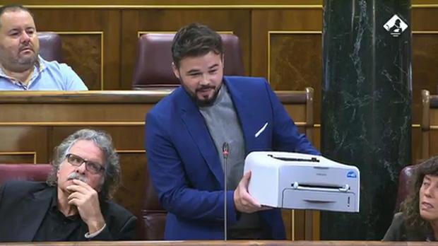 Rufián muestra una impresora en el Congreso