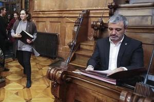 La alcaldesa Ada Colau pasa sonriente junto al socialista expulsado del gobierno Jaume Collboni, ayer, en el pleno, en el salón de Carles Pi i Sunyer.