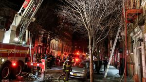 Bomberos trabajan en la extinción del peor incendio de Nueva York de los últimos 25 años, este viernes.