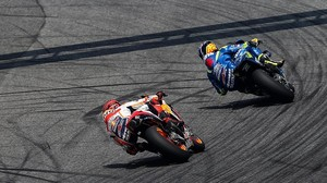 Marc Márquez (Honda) persigue a Alex Rins (Suzuki).