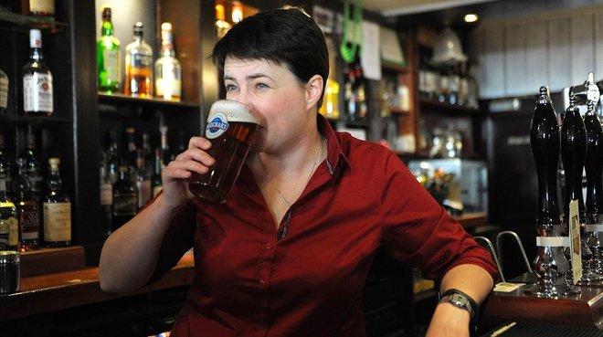La líder dels 'tories' escocesos trasllada el seu recolzament a May: 'She has cojones of steel'
