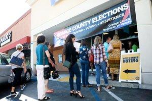 HUNTINGTON BEACH (EE.UU.)-Personas hacen fila durante la jornada de votación anticipada para las elecciones 2018 en California . Votantes alrededor del país eligen a sus representantes locales, estatales y nacionales. EFE/EUGENE GARCIA
