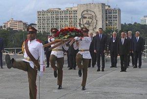 El presidente del Gobierno espanolPedro Sanchezy el viceministro cubano de Relaciones ExterioresRogelio Sierradurante la ofrenda foral celebradaen el monumento al procer independentista cubano Jose Martien La Habana.EFE Juanjo Martin