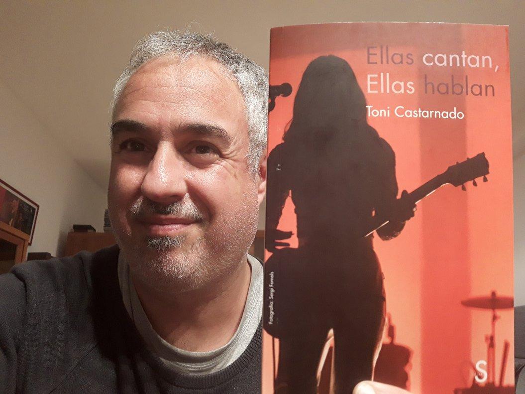 Toni Castarnado posa junto al libro que ha dado origen a este ciclo.