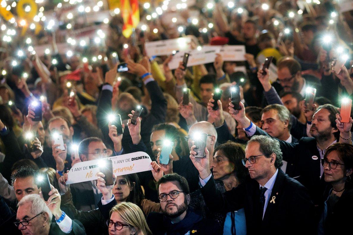 Luces en la concentración independentista del pasado 16 de ocubre, con la asistencia del presidente del Govern, Quim Torra, y los 'consellers'.
