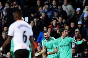 El madridista Benzema (c) celebra el gol del empate ante el Valencia.
