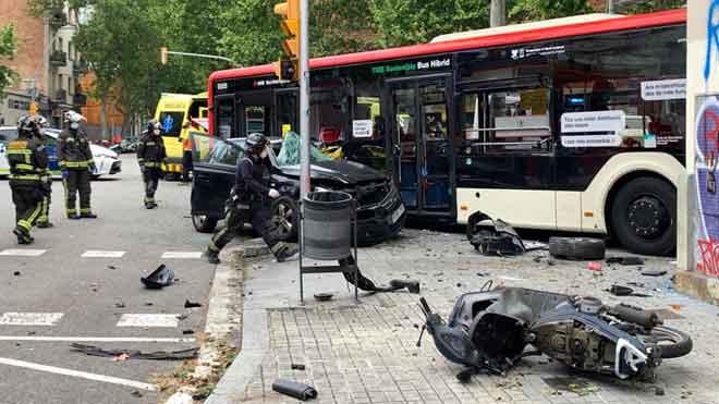 Un accidente mortal se ha producido en el cruce de las calles Pallars y Pamplona, en el Poblenou.