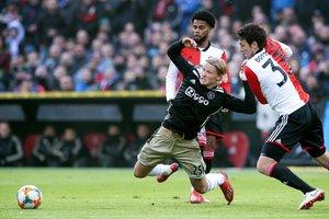 El delantero del Ajax Dolberg cae en la lucha de un balón en el partido ante el Feyenoord.