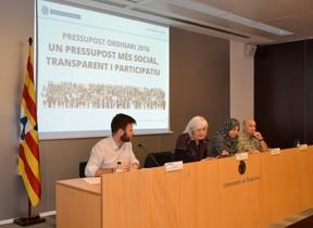 La alcaldesa de Badalona, Dolors Sabater; los concejales José Téllez y Fátima Taleb, y el asesor Ricard Amaya durante la presentación del presupuesto del 2016.