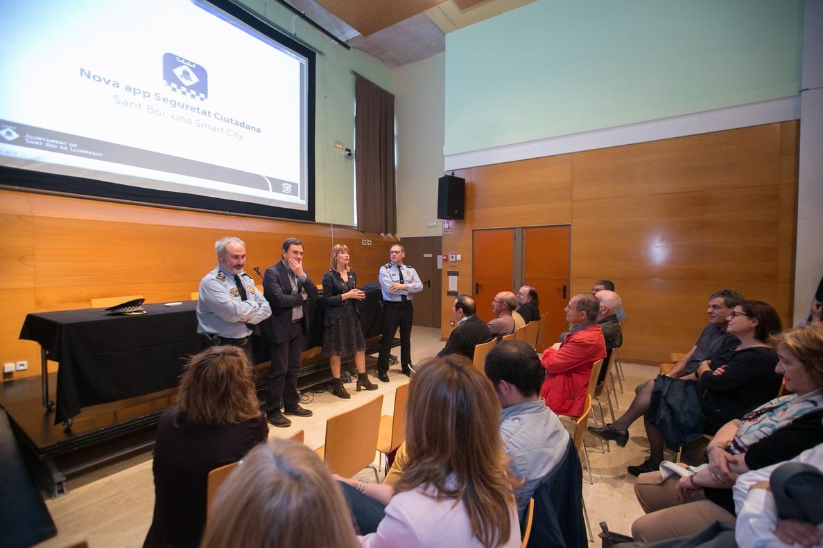 La alcaldesa Lluïsa Monet y el regidor José Ángel Carcelén en la presentación de la nueva APP de Seguridad Ciudadana de Sant Boi