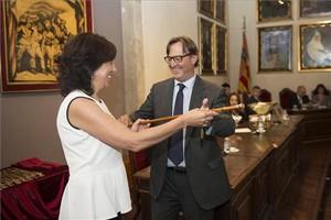 Anna Erra iniciando su mandato como nueva alcaldesa de Vic de la mano de su sucesor, Josep Maria Vila d'Abadal.