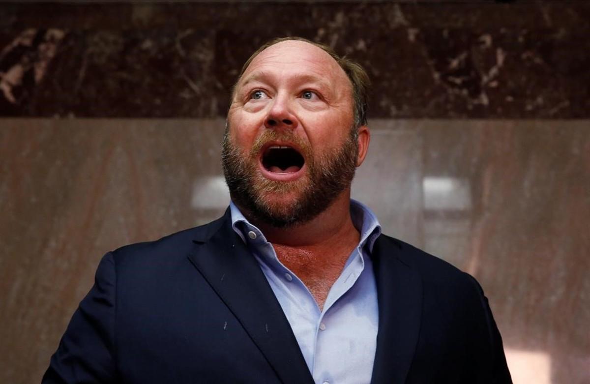 El ultraconservador Alex Jones, cuyas cuentas han sido expulsada de Twitter, Facebook, Youtube y otras páginas web.